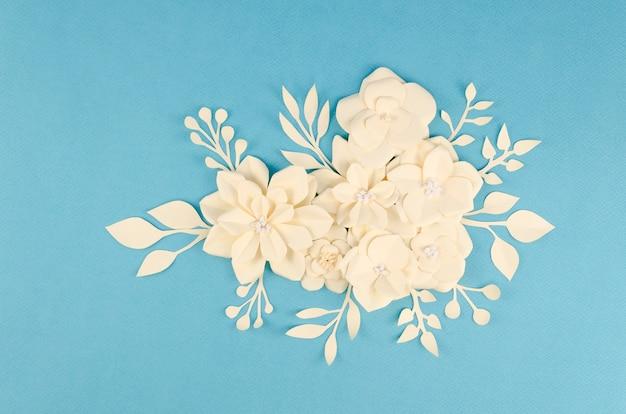 Flores de papel de primavera amarelo sobre fundo azul