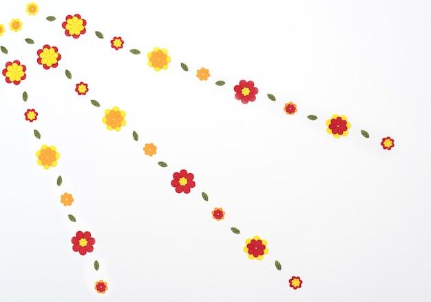 Flores de papel laranja amarelo vermelho brilhante sobre fundo branco conceito primavera verão estilo plano com