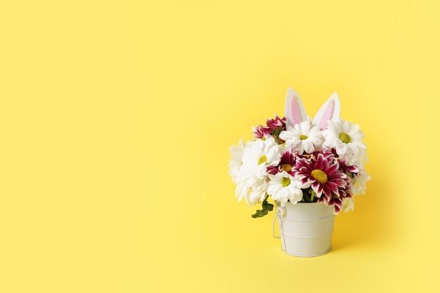 Flores de páscoa com orelhas de coelho, copie o espaço