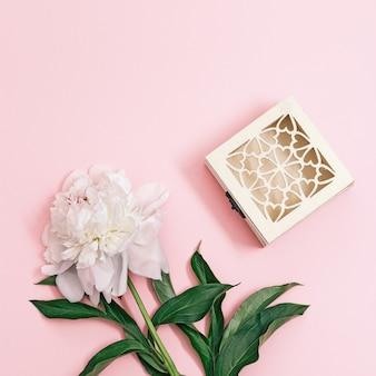Flores de peônia branca com folhas em pastelpink e caixa de presente de madeira flores naturais de verão vista superior