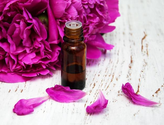 Flores de peônia e óleos de massagem
