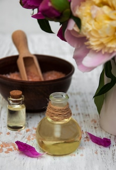 Flores de peônia, óleos de massagem e sal