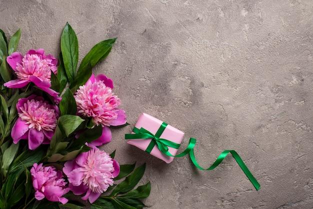 Flores de peônia rosa e caixa de presente