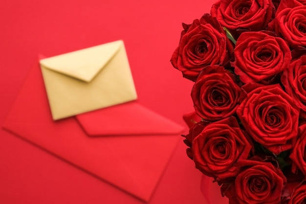 Flores de presente de feriado flatlay e conceito de relacionamento feliz carta de amor e serviço de entrega de flores ...