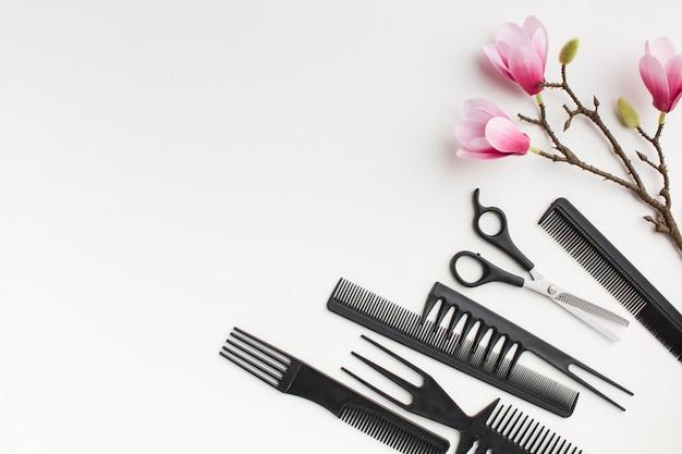 Flores de sakura e equipamento de cabelo