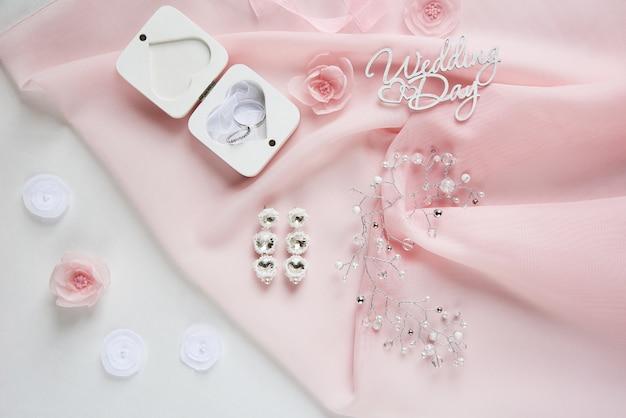Flores de tecido decorativo, jóias de noiva em chiffon rosa sobre fundo branco papel