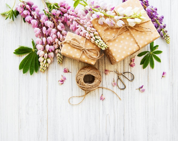 Flores de tremoço e caixas de presente