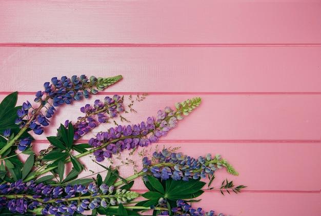Flores de tremoço em um fundo de madeira
