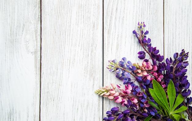 Flores de tremoço em uma mesa