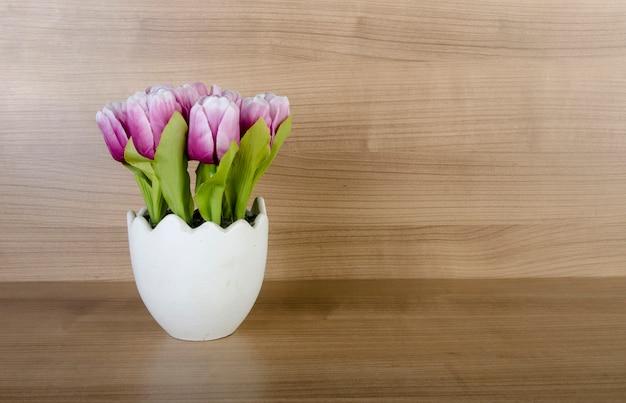 Flores de tulipa contra fundo de madeira