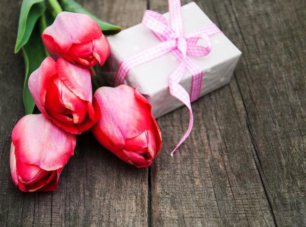 Flores de tulipas da primavera e caixa de presente