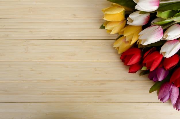 Flores de tulipas dispostas com copyspace para seu texto