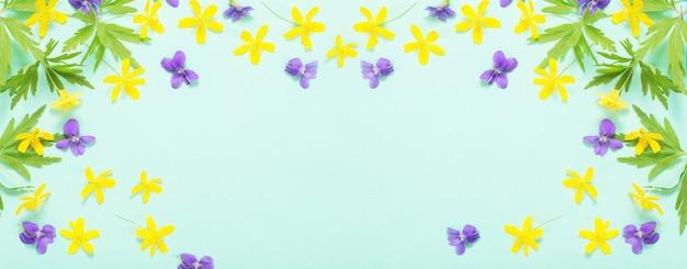Flores de verão em fundo de papel verde