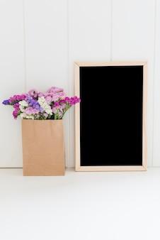 Flores decorativas com um quadro negro
