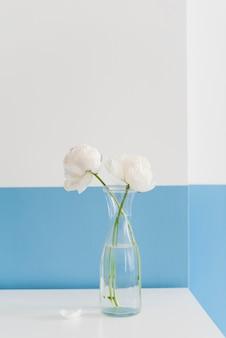 Flores decorativas em um vaso