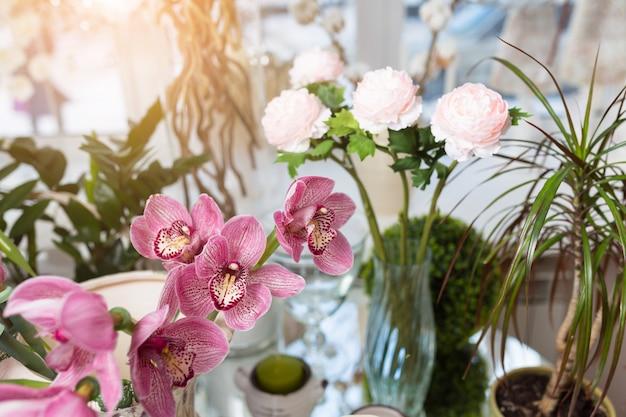 Flores diferentes na mesa branca na loja de flores
