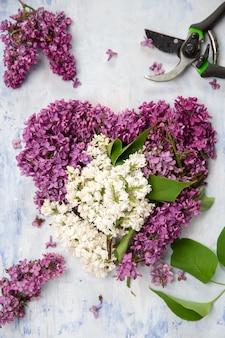 Flores dispostas em forma de coração.