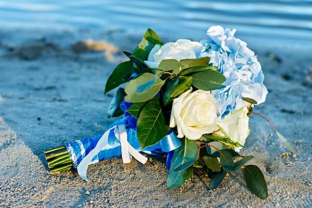 Flores do casamento no verão. sair cerimônia de casamento pela água.