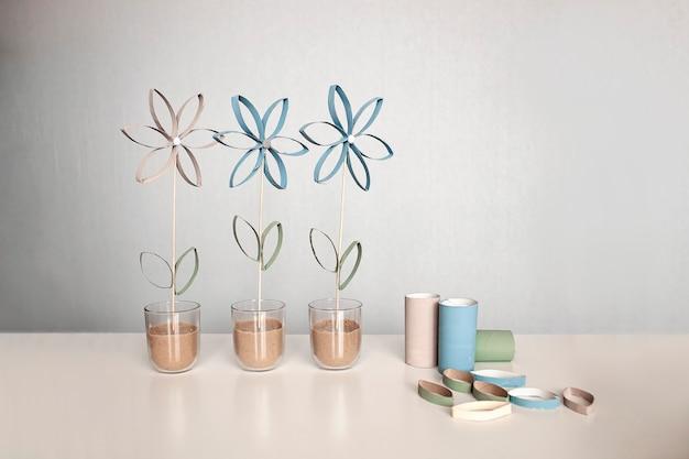 Flores do tubo de papel higiênico para o dia das mães, artesanato com zero de resíduos para crianças, parede em tons pastéis neutros