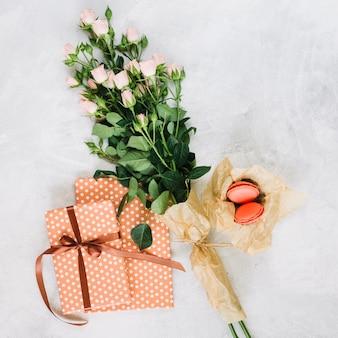 Flores e biscoitos perto de presentes