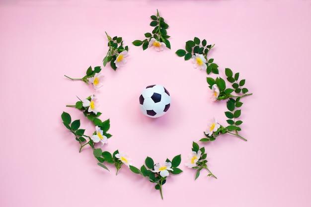 Flores e bola de futebol