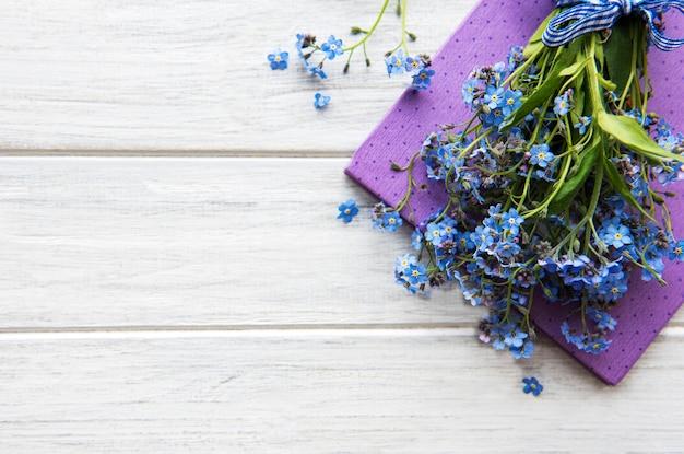 Flores e caderno esquece-me-not