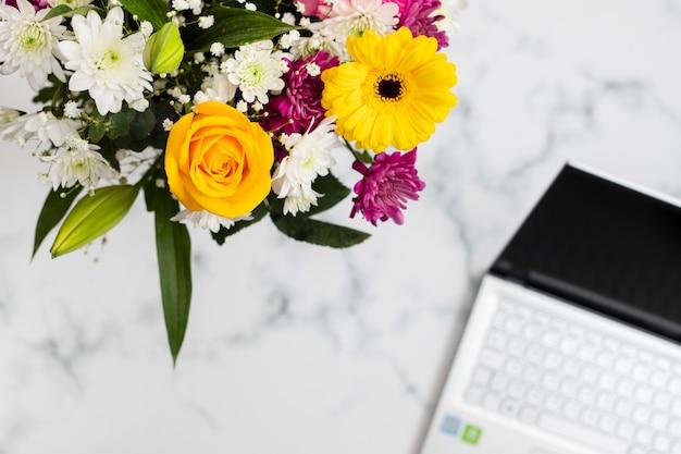 Flores e caderno na luz