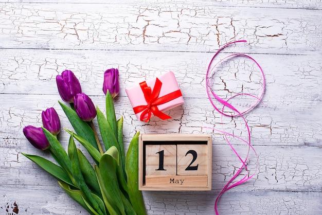 Flores e caixa de presente. conceito dia das mães