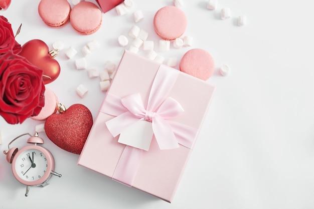 Flores e caixas de presentes em branco