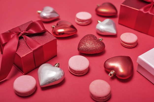 Flores e caixas de presentes em vermelho