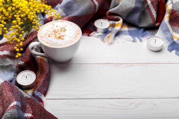 Flores e cobertor quentes do cappucino