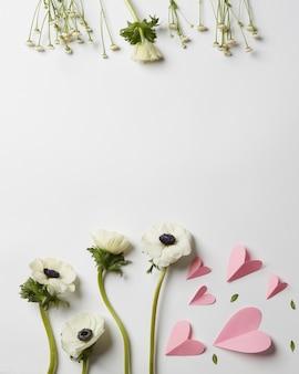 Flores e coração de papel em fundo branco