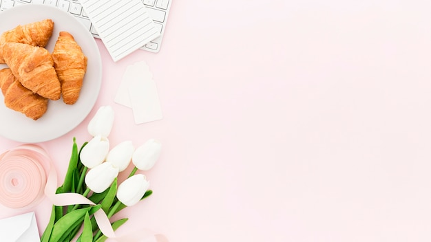 Flores e croissants com cópia-espaço