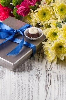 Flores e doces de chocolate