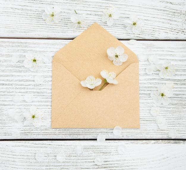 Flores e envelope