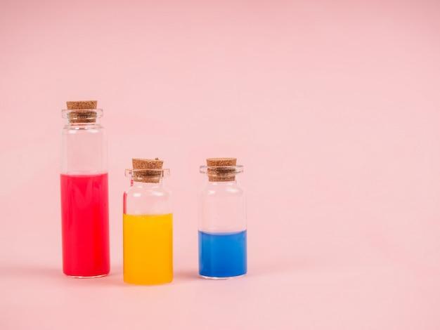 Flores e extratos vegetais ou perfume em pequenos frascos