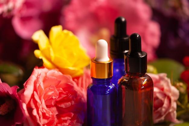 Flores e garrafas de óleos essenciais para aromaterapia