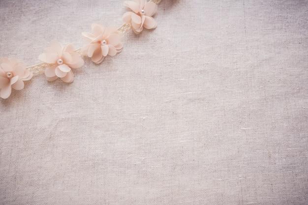 Flores e laço no linho, espaço da cópia que tonifica o casamento do vintage