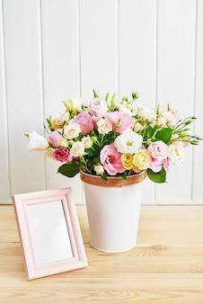 Flores e moldura, dia da mulher.