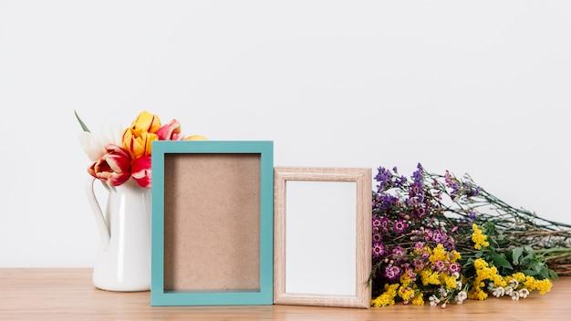 Flores e molduras coloridas na mesa