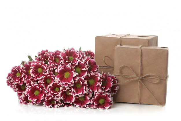 Flores e presentes de outono crisântemo em papel kraft branco isolado