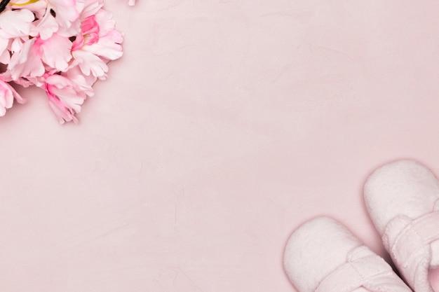 Flores e sapatos de bebê para o dia das mães