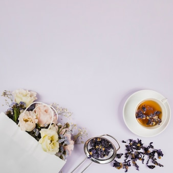 Flores elegantes e ervas de chá