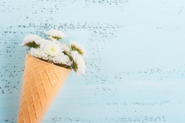 Flores em casquinha de sorvete azul