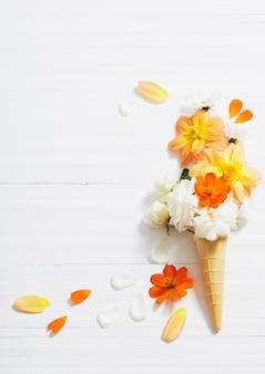 Flores em cone de waffle em madeira branca