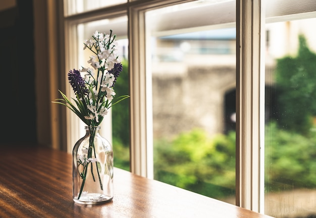 Flores em decoração de vaso de vidro na mesa