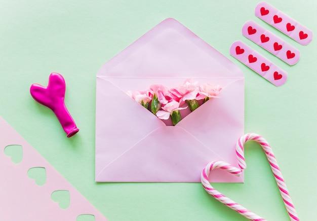 Flores em envelope com bastões de doces