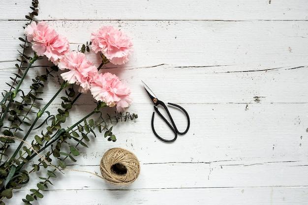 Flores em fundo branco. vista plana leiga