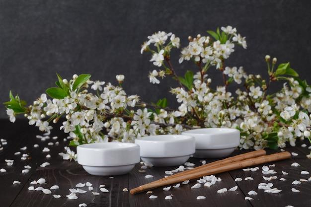 Flores em prato pequeno