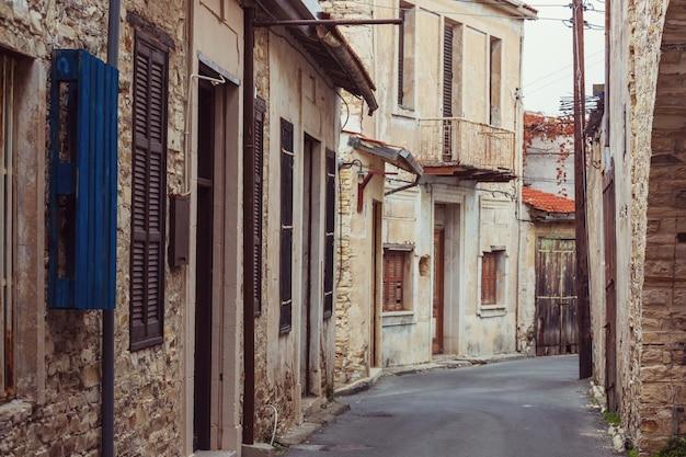Flores em rua estreita entre as casas antigas